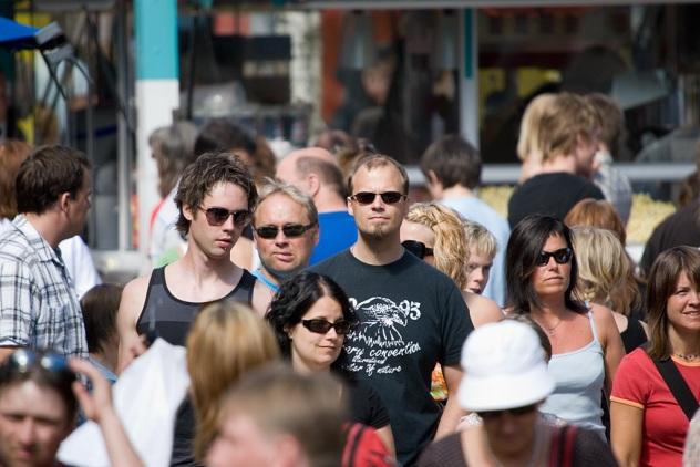 Solglasögon och kontakt. Här såg jag en grupp som kom gående efter en tvärgata i Skellefteå och många hade solglasögon på sig. Här väntade jag på att mannen i mitten skulle titta upp och ge lite kontakt med betraktaren.